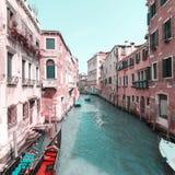 Sikt av kanalen i Venedig, Italien Venedig är en populär turist- destination av Europa arkivfoton