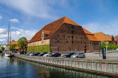 Sikt av kanalen och byggnad av kristna IVS Brewhouse och arkivfoton