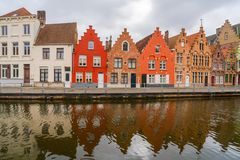 Sikt av kanalen och färgrika hus i Bruges, Belgien Arkivfoto