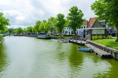 Sikt av kanalen och fartyg i staden av Middelburg, Nederländerna arkivfoto