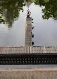 Sikt av kanalen, pir och plattformen med livboj i staden av Vlaardingen arkivfoto