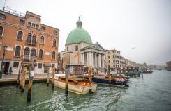 Sikt av kanalen som är stor i en dimmig dag, Venedig, Italien royaltyfria bilder