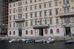 Sikt av kanalen som är stor i Trieste royaltyfri bild