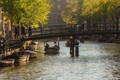 Sikt av kanaler på solig dag i Amsterdam Royaltyfri Fotografi