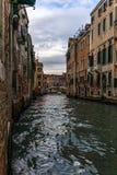 Sikt av kanalerna och de gamla slottarna i Venedig i morgonen Royaltyfria Bilder