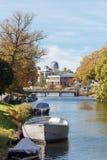 Sikt av kanalerna av staden Leiden, bots och träd, Leiden observatoriumbakgrund arkivfoto