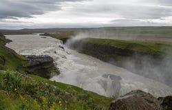 Sikt av kanjonen av den Hvita floden på en molnig dag iceland arkivfoton