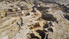 Sikt av kanjonen uppifrån kanjonklippor mot himlen Midbar Yehuda, surrflyg över den Judean öknen mellan arkivfilmer