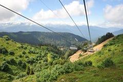 Sikt av Kaukasus berg från de öppna platserna av kabelbilen Arkivfoton