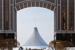 Sikt av Khan Shatyr till och med kontoret av företaget och parkera av förälskelse i Astana, Kasakhstan Royaltyfri Bild