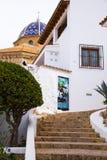Sikt av klättringen till kyrkan av Altea, medelhavs- by av den Alicante kusten, Benidorm, Spanien Arkivbilder