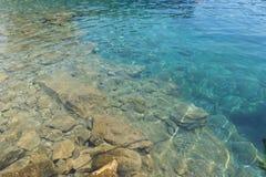 Sikt av klart vatten på kusten av det Aegean havet Royaltyfria Foton