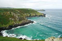 Sikt av klippor på cornisk kust Arkivfoton