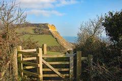Sikt av klipporna på den Salcombe Regis stranden från den södra västra kust- banan på den Salcombe kulleklippan ovanför Sidmouth, royaltyfria bilder