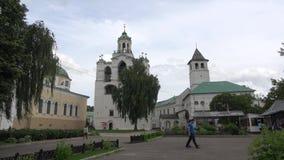 Sikt av klockatornet i den Spaso-Preobrazhensky kloster, molnig sommardag russia yaroslavl arkivfilmer