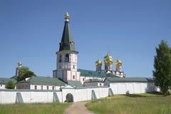 Sikt av klockatornet och kupolen av domkyrkan av den Iveron symbolen av modern av guden Svyatoozersky Iveron Bogo Royaltyfria Bilder