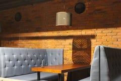 Sikt av klubbakorridoren Tabeller och stolar med räkningar 30562 Royaltyfri Foto