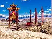 Sikt av konstruktion av statyn i Yarchen Gar Monastery i Sichu Royaltyfri Fotografi