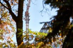 Sikt av konstruktionsplatsen från parkera royaltyfria bilder
