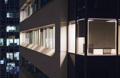 Sikt av kontorsbyggnader från närgränsande byggnad royaltyfri bild
