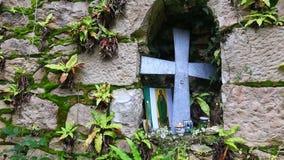 Sikt av korset och symboler på den gamla nischen för stenvägg lager videofilmer