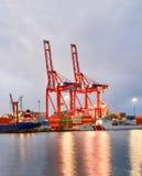 Sikt av kranen från den industriella havsporten av Mersin TURKIET MERSIN, TURKIET - Royaltyfria Foton