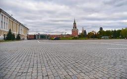 Sikt av Kreml det Spasskaya tornet och den röda fyrkanten, Moskva Ryssland arkivbild