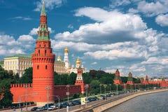 Sikt av Kreml från bron Royaltyfria Bilder