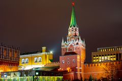 Sikt av Kreml, Kutafya torn landmark Stad Moskva royaltyfri foto