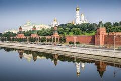 Sikt av Kreml med den storslagna slott- och Moskvafloden Arkivfoton