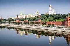 Sikt av Kreml med den storslagna slott- och Moskvafloden Fotografering för Bildbyråer