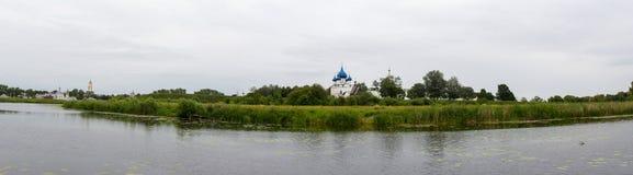 Sikt av Kreml på bankerna av floden Kamenka i Suzdal Ryssland arkivfoton