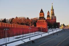 Sikt av Kremltegelstenväggen på vinter Fotografering för Bildbyråer