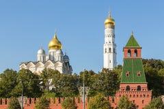Sikt av Kremlväggen med det hemlig eller Tainitskaya tornet, Moskva, Ryssland royaltyfria foton