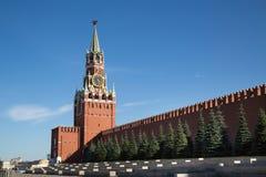 Sikt av Kremlväggen och det Spasskaya tornet av MoskvaKreml på en klar solig dag royaltyfri foto