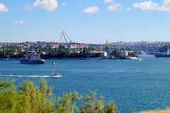 Sikt av krigsskeppet och hamnstaden av Sevastopol på dagen av den ryska marinen crimea royaltyfri foto