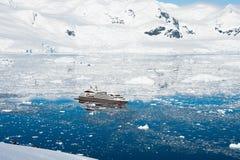 Sikt av kryssningshipen i Antarktis Royaltyfria Bilder