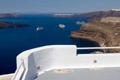 Sikt av kryssningskeppen i caldera av Santorini royaltyfri foto