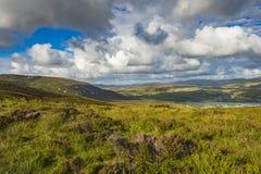 Sikt av kullarna nära Sliabh Liag, Co Donegal på en solig dag arkivfoton