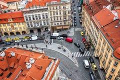 Sikt av kullerstengatan i Prague uppifrån av St Nicholas Bell Tower Arkivfoton