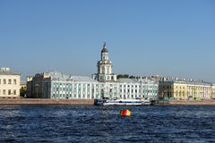 Sikt av Kunstkammeren över den Neva floden, St Petersburg, Ryssland Arkivbilder