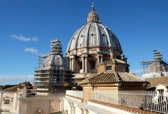 Sikt av kupolen av domkyrkan för St Peter ` s i Vaticanen Royaltyfria Bilder