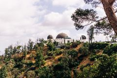 Sikt av kupolen av Griffith Astronomical Observatory i Griffith Park, Los Angeles Los Angeles turist- dragningar Royaltyfri Fotografi