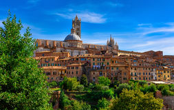 Sikt av kupolen och campanilen av Siena Cathedral Duomo di Siena i Sien Royaltyfri Bild