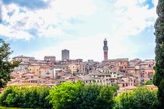Sikt av kupolen och campanilen av Siena Cathedral & x28; Duomo di Siena& x29; i Siena Royaltyfri Foto