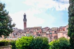 Sikt av kupolen och campanilen av Siena Cathedral & x28; Duomo di Siena& x29; i Siena Royaltyfri Fotografi
