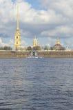Sikt av kupolen och tornspiran av Peter och Paul Cathedral St Petersburg Royaltyfria Foton