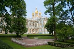 Sikt av kupolerna av uppståndelsekyrkan, molnig juni afton Catherine Palace Tsarskoye Selo, Ryssland Arkivfoto