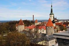 Sikt av kupolerna, torn, domkyrkor, byggnader av den gamla staden från fästningväggen i Tallinn, Estland royaltyfri fotografi
