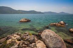 Sikt av kusten av berg och havet av Paraty - Rio de Janeiro de Royaltyfri Fotografi